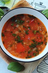 Bönsoppa med tomat och basilika